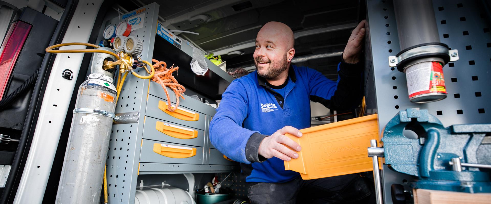 Een monteur zit in de bus van Colson Koeltechniek